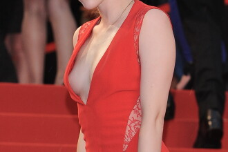 Cea mai discreta prezenta de la Hollywood si-a aratat sanii pe covorul rosu de la Cannes. FOTO