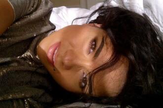 Inna, fotografiata in pat, dupa ce s-a trezit. Ipostaza in care a surprins-o obiectivul. FOTO