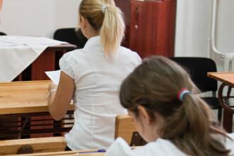 Motivul uluitor pentru care 8 eleve au fost OBLIGATE de profesori sa se dezbrace in clasa