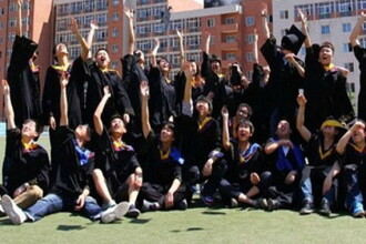 Poza de absolvire care a revoltat conducerea universitatii. Ce se vede in aceasta fotografie