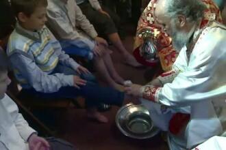 In Joia Mare, in cateva biserici din tara, preotii au spalat picioarele unor copii sarmani