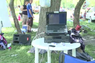 La iarba verde cu gratare, dar si cu laptop, statie de amplificare si generator pentru muzica