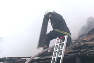 Un incendiu devastator, izbucnit la o vila, a lasat pe drumuri o familie, in prag de sarbatori