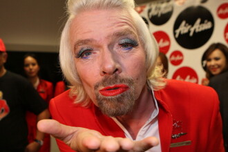 Miliardarul Sir Richard Branson rujat, epilat si in fusta. Cum arata bogatii cand pierd un pariu