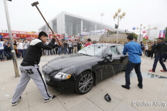 Maserati de jumatate de milion de dolari, distrus de proprietar la un show auto din China. VIDEO