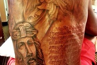 A vrut sa-si arate credinta printr-un tatuaj cu citat din Biblie, dar s-a facut de ras. Ce scrie