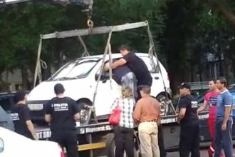 Imagini din Capitala. Un sofer se lupta cu politistii comunitari, pentru a nu-i ridica masina. VIDEO
