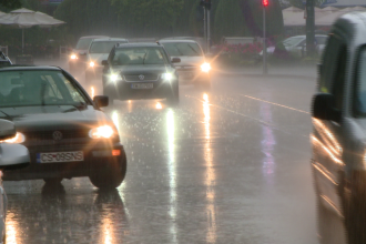 Avertizare de ploi si descarcari electrice in vestul tarii. De astazi vremea se inrautateste