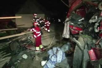 Patru oameni au murit intr-un accident, in Suceava, dupa ce un TIR s-a rasturnat in curtea unei case