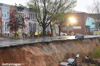 Un crater urias a aparut pe o strada in Baltimore. Fenomenul a inghitit o strada si mai multe masini