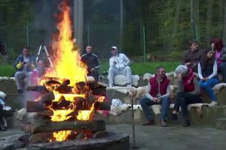 Cele 6 grade Celsius de la munte nu au speriat turistii care au petrecut pana tarziu in noapte 1 Mai, langa focul de tabara