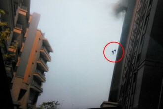 Momentul tragic in care doi pompieri sunt aruncati spre moarte de o explozie, de la etajul 13. VIDEO