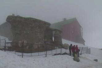 Ninsoare in mai, pe crestele Bucegilor. Turistii au facut zeci de fotografii cu Sfinxul si Babele, acoperite de zapada