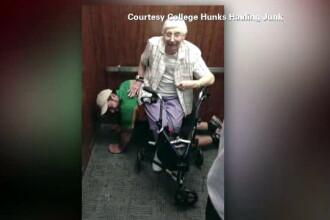 Scena neobisnuita intr-un lift defect din SUA. Ce facea in genunchi un tanar, alaturi de o doamna de 79 de ani