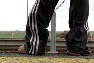 A urcat in tren fara bilet si a sfarsit prin a ramane infirm. Aventura plina de ghinioane a unui copil de 13 ani