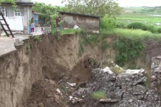 Oamenii dintr-un cartier din Tulcea s-au trezit cu o prapastie de 20 de metri langa casa.