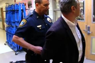 A venit la scoala sa se planga de lecturile obligatorii ale fiicei, dar a fost luat pe sus de politie. Ce a facut barbatul