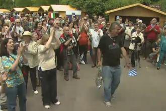 Petrecere pentru a marca Ziua Europei, in Cismigiu. Oamenii au mancat greceste, au baut nemteste si au dansat romaneste