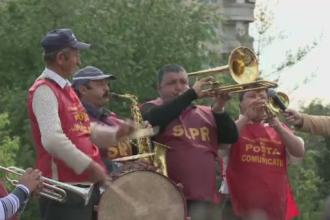 Angajatii Postei Romane au protestat duminica in fata Guvernului. Directorul companiei ar avea un salariu de 11.000 de euro