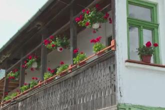 Satul transilvanean facut parca din turta dulce. Localnicii au fost ajutati de straini sa isi pastreze traditiile