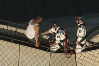 Un barbat beat s-a urcat pe acoperisul Operei din Sidney.