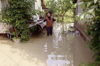 COD ROSU de inundatii pe mai multe rauri. 7.000 de oameni, izolati in Vrancea. ANM a restrans atentionarile meteo la 4 judete