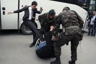 Tensiuni dupa tragedia din mina. Consilierul premierului turc, pozat in timp ce lovea cu picioarele un protestatar