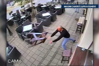 Imagini surprinse de camerele de supraveghere. Un agent de paza, lovit cu pumnul si cu un scaun de un client nervos
