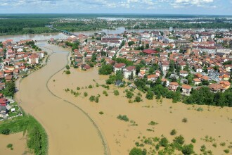 Inundatiile record din Balcani au facut peste 44 de morti si mii de sinistrati. In Bosnia a plouat in 3 zile cat in 3 luni