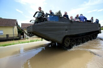 Inundatii in Balcani. Armata croata a evacuat cu amfibii sinistratii. Un sfert din populatia Bosniei a fugit din calea apelor