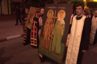 Procesiune religioasa inchinata Sfintilor Imparati Constantin si Elena. Doua mii de oameni au participat la Targu Jiu