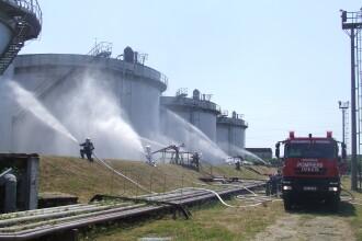 Explozie urmata de incendiu la un depozit de produse petroliere. Exercitiul desfasurat de pompierii din Timisoara. FOTO