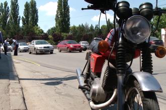 O tanara din Timisoara a ajuns la spital dupa ce a fost lovita pe trecerea de pietoni de un motociclist. FOTO