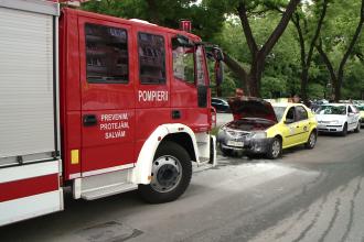FOTO. Incendiu la motorul unui taximetru din Timisoara care stationa pe strada Gheorghe Lazar