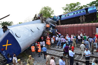Imagini de groaza in India: doua trenuri s-au ciocnit, iar 6 vagoane au sarit de pe sine. 40 de morti si 100 raniti. VIDEO