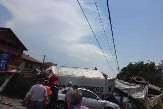 Accident teribil pe DN2, in Movilita. Un TIR a lovit 2 masini si s-a oprit intr-o terasa din localitate. VIDEO si FOTO