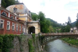 In cea mai veche statiune din Romania se investeste in gropi in asfalt. Baile Herculane, ucise de dezinteresul autoritatilor