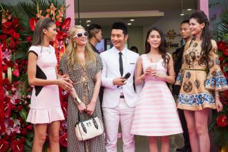 Paris Hilton, la un pas sa fie eclipsata de Monica Gabor pe covorul rosu. Fosta doamna Columbeanu i-a impresionat pe chinezi