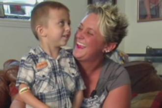 Un baiat de 5 ani si-a salvat mama sunand la 911, desi are degetele atrofiate: