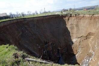 Crater urias de 60 de metri adancime, la granita cu Romania. In zona, 60% dintre localnici sunt romani. VIDEO