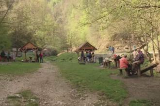 1 Mai la munte. Turistii au incins gratarele la primele ore ale diminetii, in timp ce altii au ales sa schieze sau se plimbe