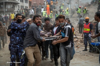 Un batran de 101 ani si alti 3 oameni au fost scosi in viata de sub daramaturi, in Nepal, la 8 zile dupa cutremur