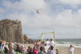 Nunta cu peripetii pentru doi tineri din California. Un elicopter aflat in misiune le-a intrerupt ceremonia de pe plaja