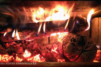 Doi copii erau sa arda de vii din cauza unei sobe improvizate. Casa a luat foc in vreme ce mama lor plecase dupa apa