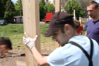 Studentii din Timisoara construiesc spatii de picnic in locul Primariei. Localnic: