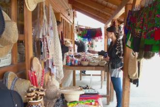 Suvenirurile autohtone din Maramures pierd teren in fata produselor chinezesti. Ce gasesti la tarabele de la Cimitirul Vesel