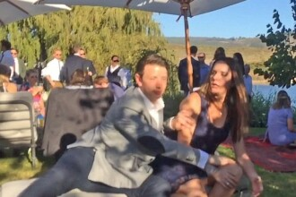 Moment ilar la o nunta. Cum a reactionat un barbat cand iubita sa era pe punctul de a prinde buchetul miresei. VIDEO