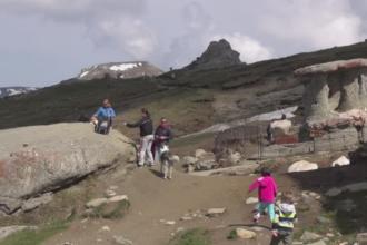 Traseele montane sunt oficial deschise, iar turistii nu s-au lasat asteptati:
