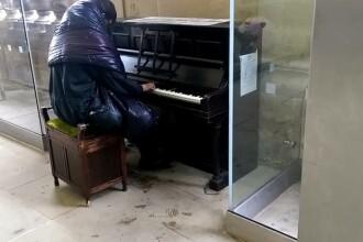 Un om al strazii se asaza la un pian, intr-o gara. Ce a urmat i-a lasat pe trecatori cu ochii in lacrimi: VIDEO
