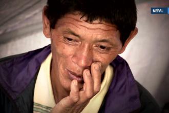 Reportaj Stirile ProTV din Nepal. Povestea unui tata care si-a carat fetita ranita in spate o zi intreaga pentru a o salva